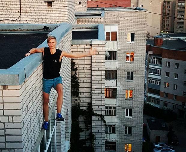 Adolescente russo morreu depois de se pendurar no alto do edifício.