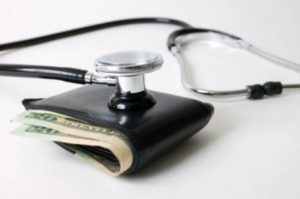 Vale a pena deixar de pagar plano de saúde para economizar?