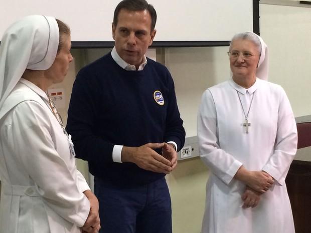 João Dória conversa com as gestoras do Hospital Santa Marcelina, em São Paulo.
