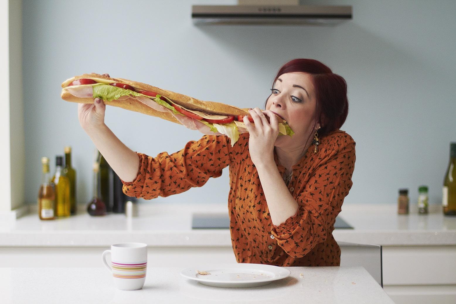 Comer mais calorias para comer menos