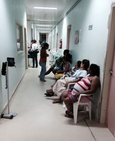 Gestantes venezuelanas na fila por atendimento médico em Paracaima.