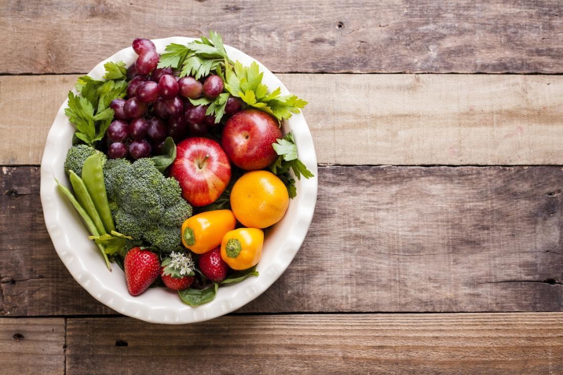 frutas, folhas verdes e vegetais contém muitos nutrientes e fibras.