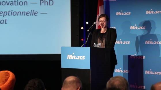 Caitlin Miron recebe o Prêmio Mitacs para Inovações Excepcionais, em Ottawa.